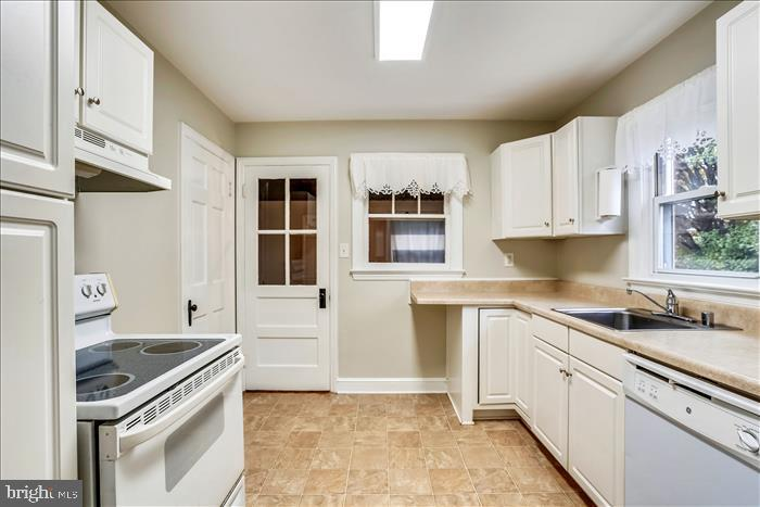 Large kitchen with lots of cabinets. - 508 CARROLL AVE, MOUNT AIRY