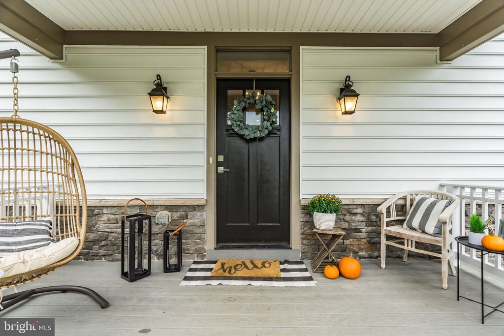 Pumpkin-perfect Porch - 5720 OAK HILL PL, ALEXANDRIA