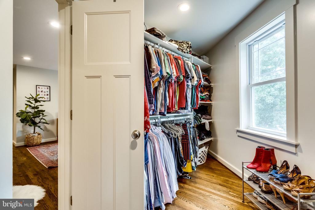 Konmari-ed closet - 5720 OAK HILL PL, ALEXANDRIA