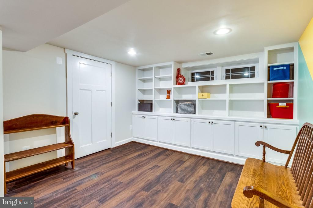 Yes, there are built-ins here too - 5720 OAK HILL PL, ALEXANDRIA
