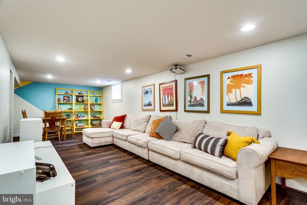 Cozy and colorful basement - 5720 OAK HILL PL, ALEXANDRIA