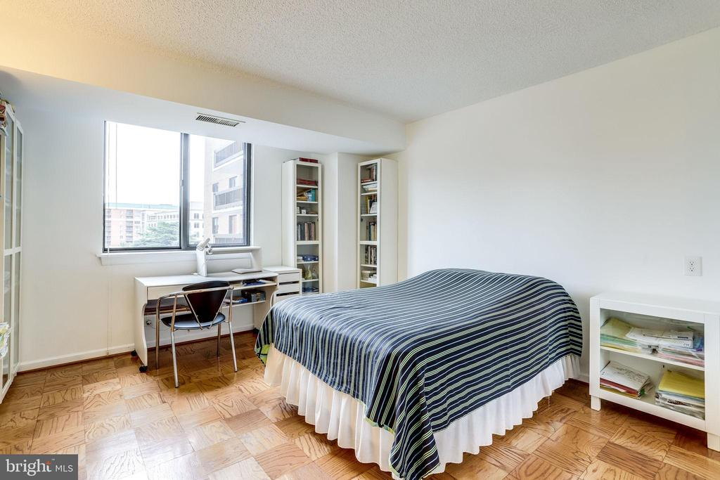 Bedroom 2 perfect for overnight guests - 3800 FAIRFAX DR #302, ARLINGTON