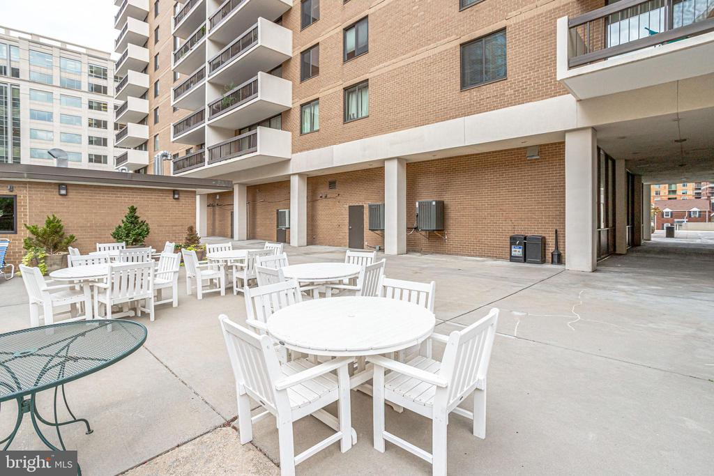 Take dinner outdoors on the building patio - 3800 FAIRFAX DR #302, ARLINGTON