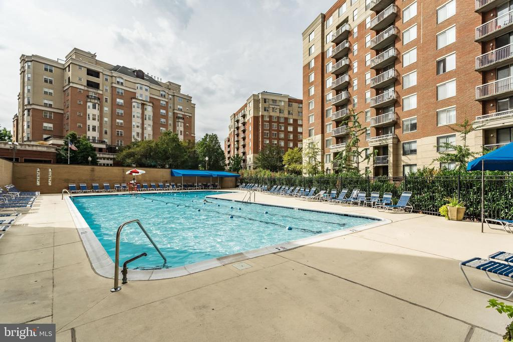 Outdoor pool is great for summer days - 3800 FAIRFAX DR #302, ARLINGTON
