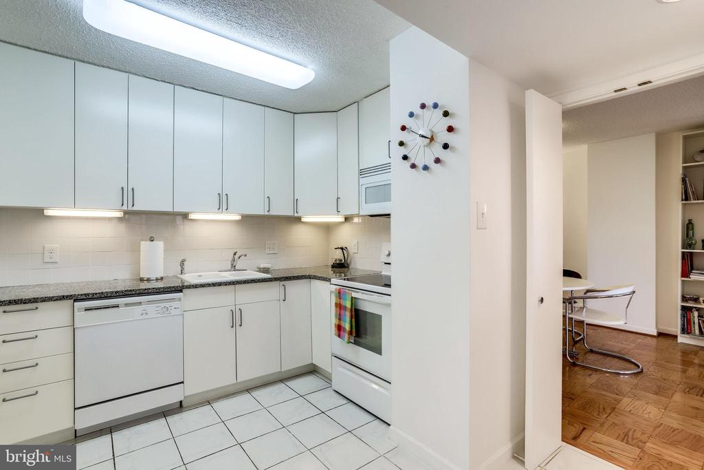 White tile floors - 3800 FAIRFAX DR #302, ARLINGTON