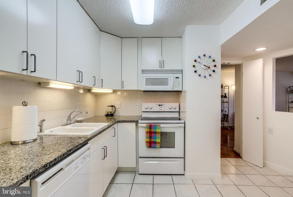 Clean, white kitchen with granite counters - 3800 FAIRFAX DR #302, ARLINGTON