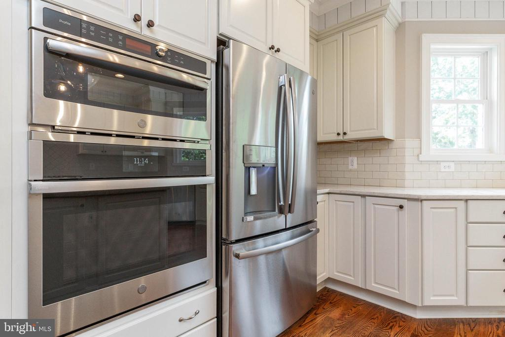 Gourmet kitchen with Chef's grade appliances - 1522 CROWELL RD, VIENNA