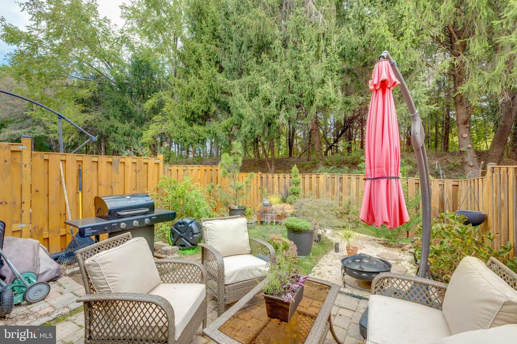 fully fenced yard backing to woods and common area - 4449 HOLLY AVE, FAIRFAX