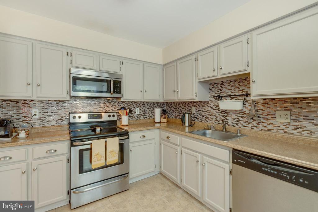 Updated cabinets and new backsplash - 4449 HOLLY AVE, FAIRFAX