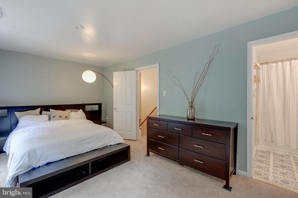 Master bedroom with ensuite bathroom - 4449 HOLLY AVE, FAIRFAX