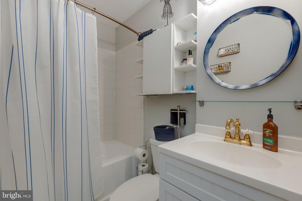 Master bathroom with tub reglazed - 4449 HOLLY AVE, FAIRFAX