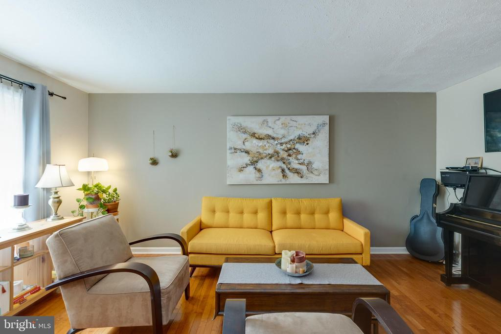Spacious living room - 4449 HOLLY AVE, FAIRFAX