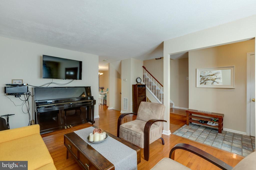 Living room near entrance - 4449 HOLLY AVE, FAIRFAX