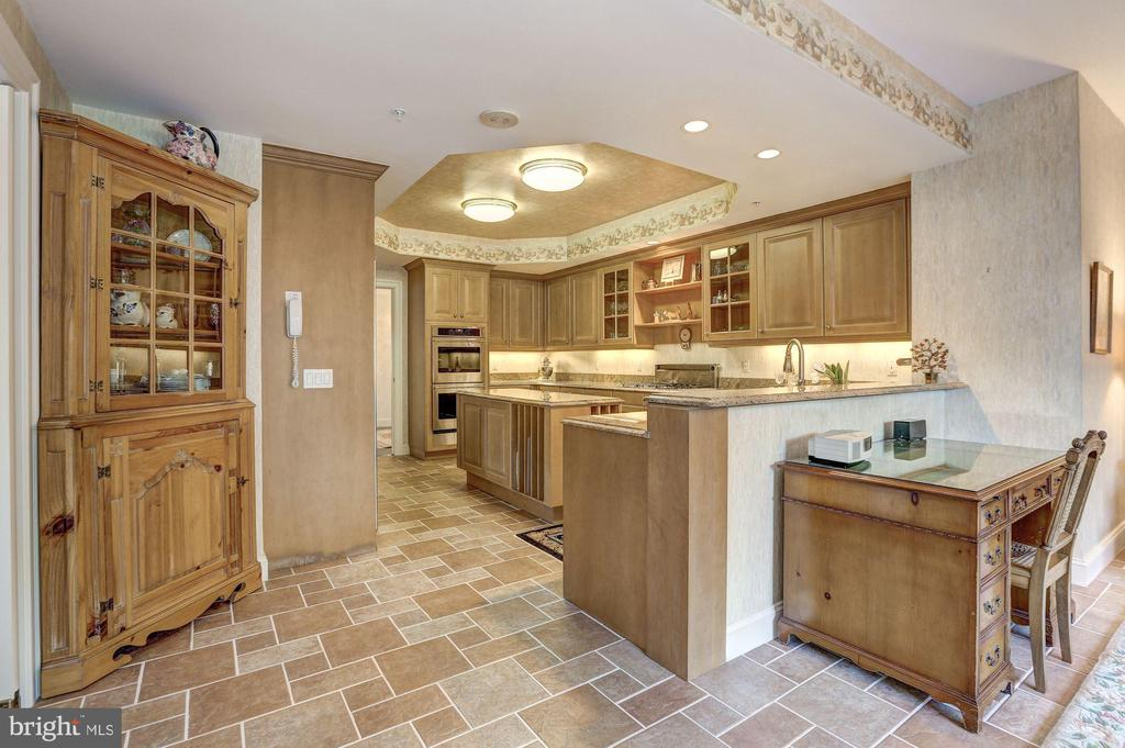 Kitchen - 5630 WISCONSIN AVE #501, CHEVY CHASE