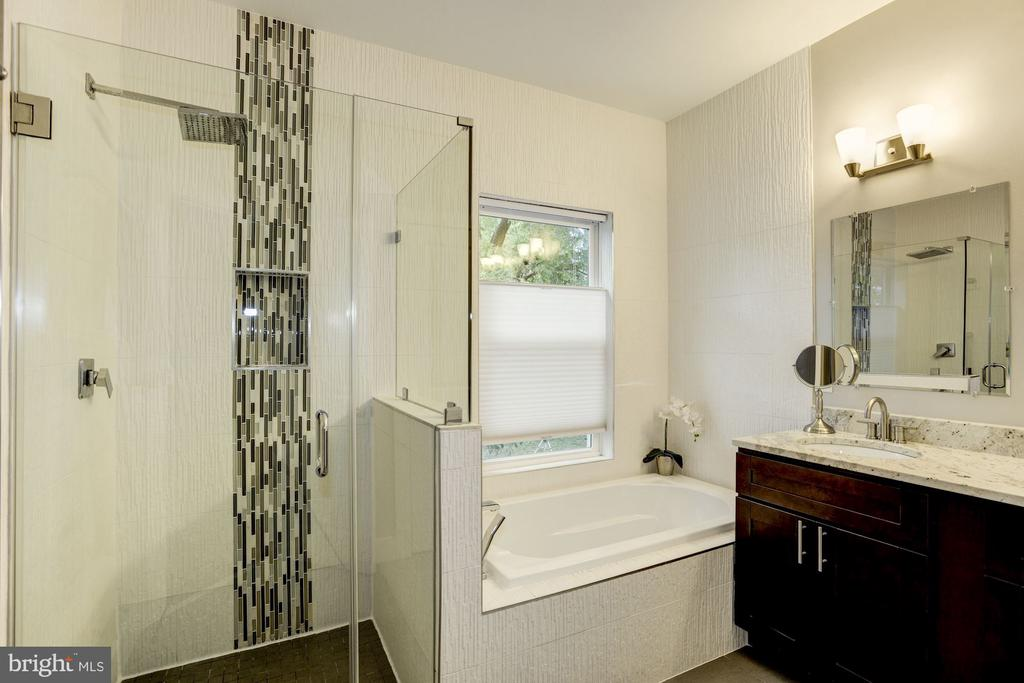 Master bath, with shower and soaking tub. - 3513 22ND ST S, ARLINGTON