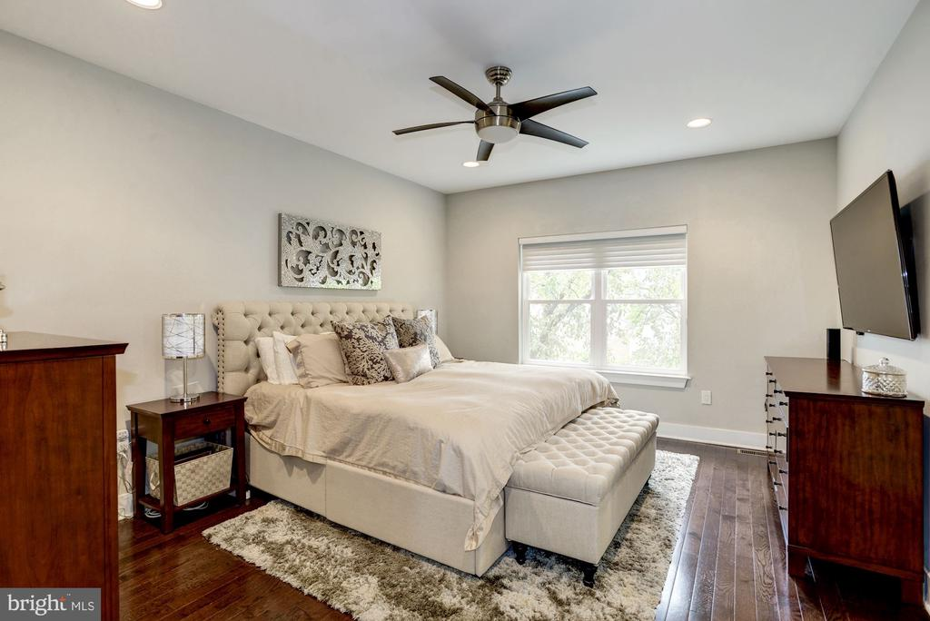Very large master bedroom. - 3513 22ND ST S, ARLINGTON
