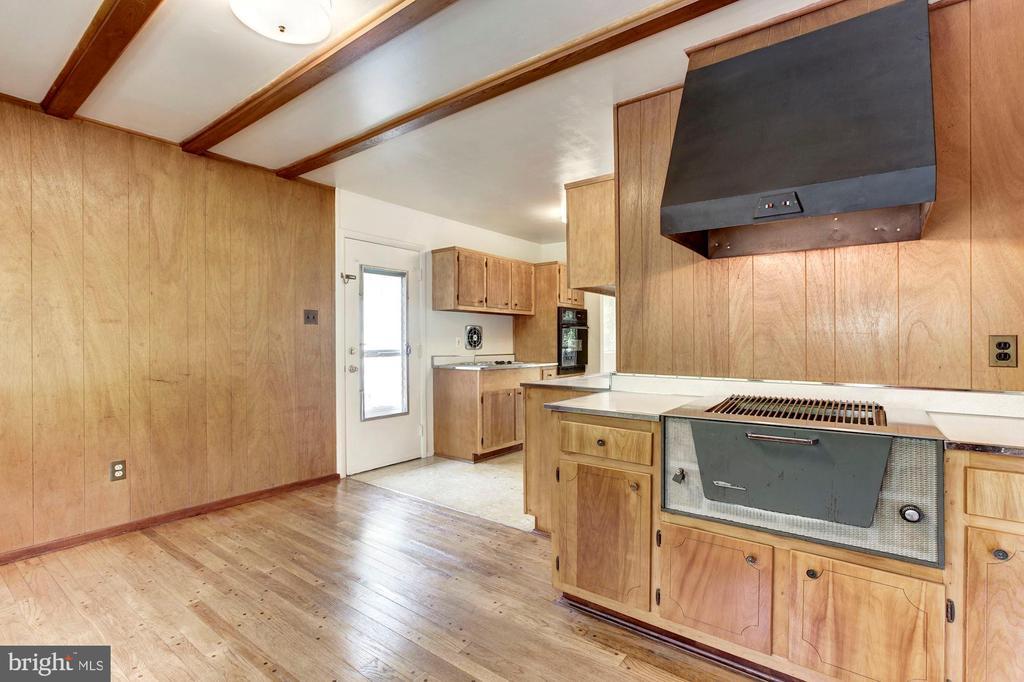 Kitchen w/ built in gas grill - 712 CABIN JOHN PKWY, ROCKVILLE