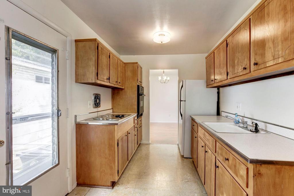 Kitchen w/ side entrance - 712 CABIN JOHN PKWY, ROCKVILLE