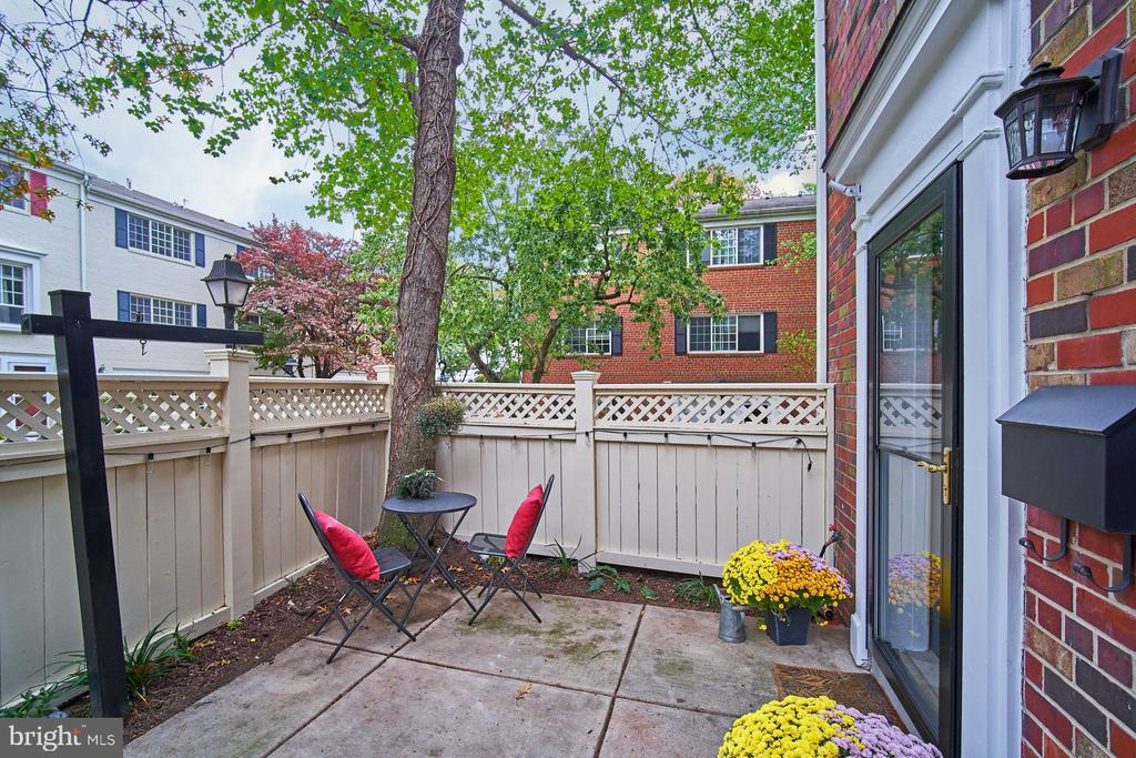 Private patio with gate adds extra privacy - 1289 N VAN DORN ST, ALEXANDRIA