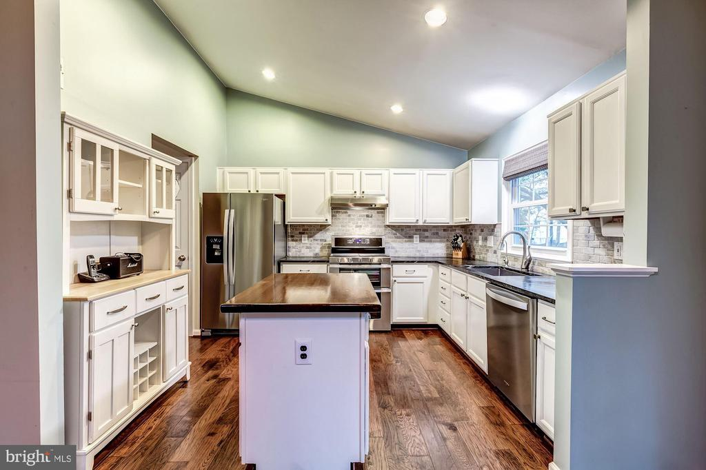 Kitchen - New Stainless Steel Appliances! - 20617 PREAKNESS CT, ASHBURN