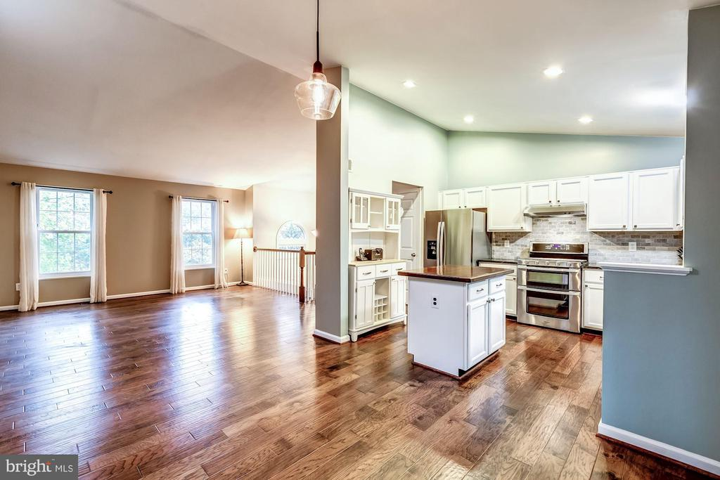 Open Concept Floor Plan - Great Circular Flow! - 20617 PREAKNESS CT, ASHBURN