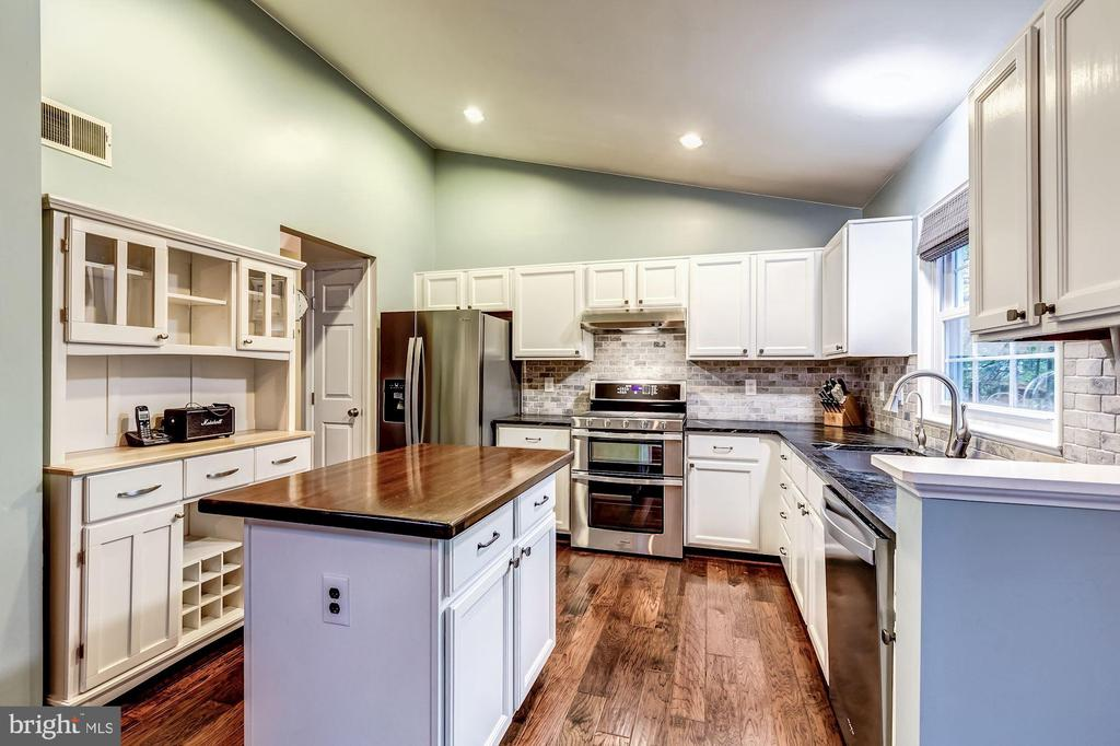 Kitchen Features On-Trend White & Gray Palette! - 20617 PREAKNESS CT, ASHBURN