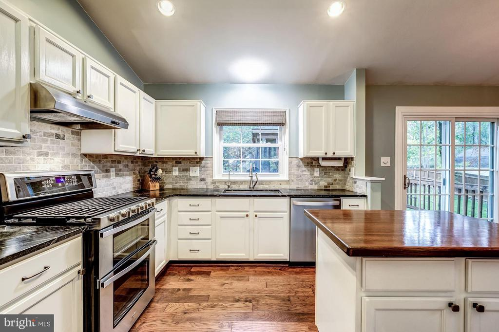 Kitchen - Recess Lighting & Loads of Cabinets! - 20617 PREAKNESS CT, ASHBURN
