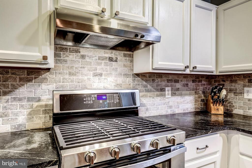 Kitchen - GAS COOKING & Custom Back Splash! - 20617 PREAKNESS CT, ASHBURN
