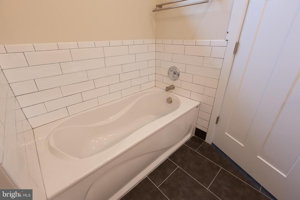 Master with Soaking Tub - 16 S LOCUST ST, ROUND HILL