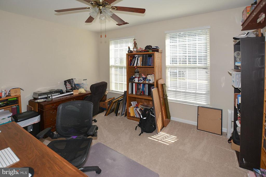 LL office could be 6th BR with a closet! - 9315 PAUL DR, MANASSAS PARK