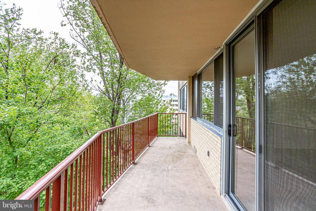 This end-unit has perfect opportunity to entertain - 5353 COLUMBIA PIKE #602, ARLINGTON