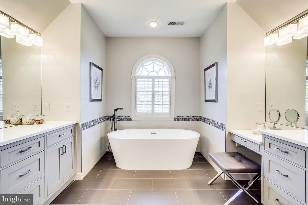 Long Dual Vanities & Separate Soaking Tub - 20353 TANAGER PL, LEESBURG