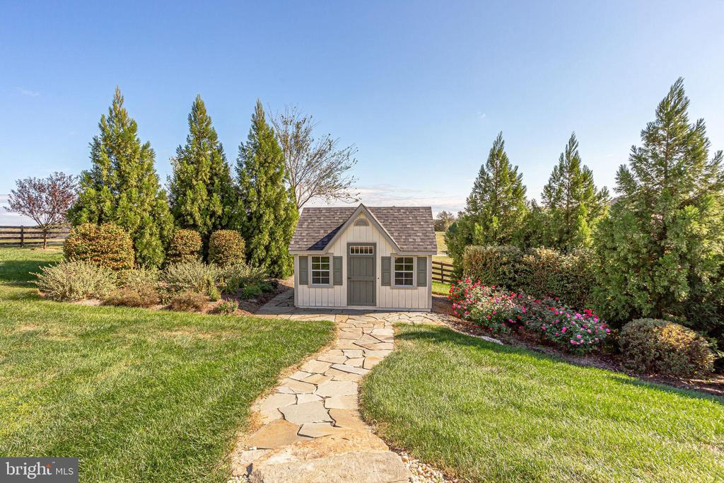 Charming Pool Shed - 20353 TANAGER PL, LEESBURG