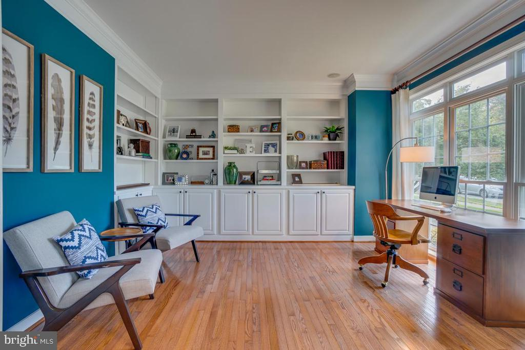 Beautiful custom cabinets - 33 GRISTMILL DR, STAFFORD