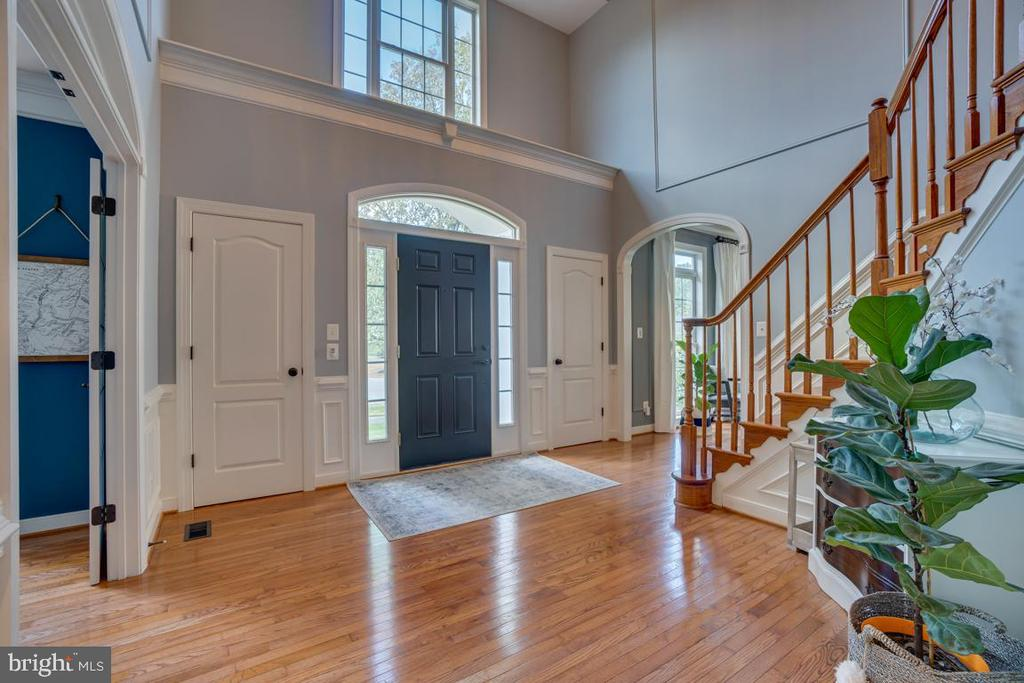 Two closets flank the entrance - 33 GRISTMILL DR, STAFFORD