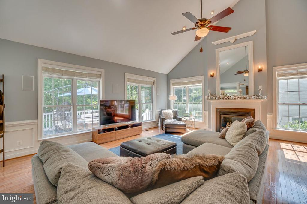The mirror over the fireplace is impressive! - 33 GRISTMILL DR, STAFFORD