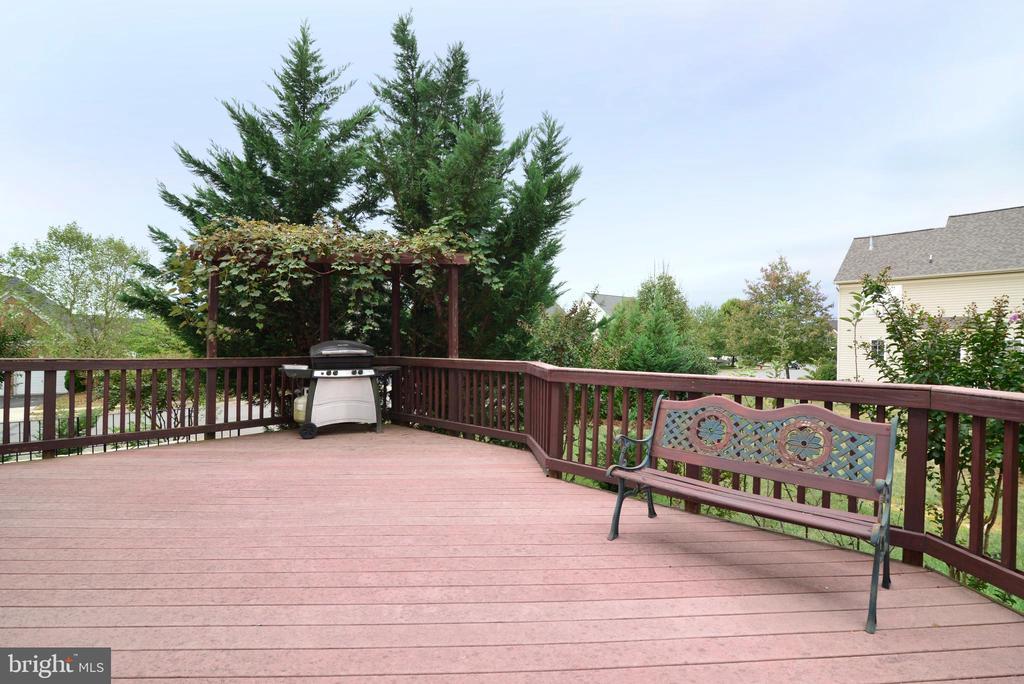 Large trex deck means minimal maintenance! - 709 TONQUIN PL NE, LEESBURG