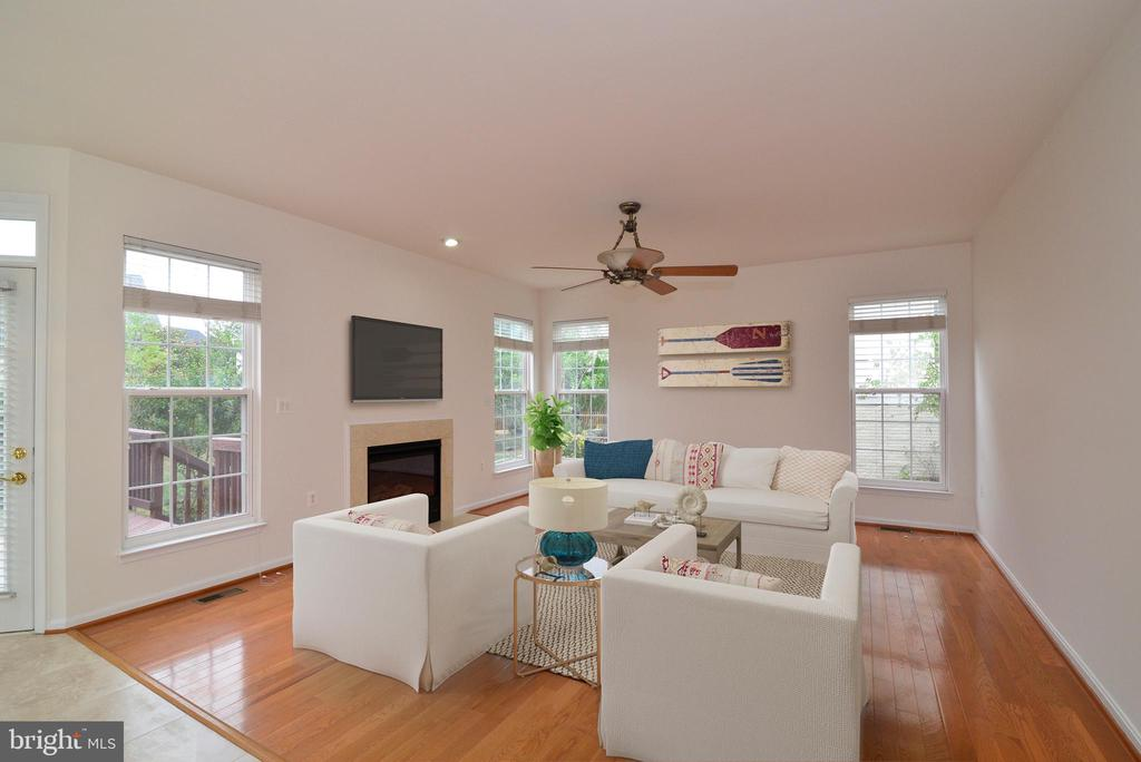 Stylish fan, gas fireplace and beautiful hardwoods - 709 TONQUIN PL NE, LEESBURG