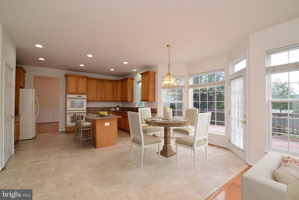 Spacious kitchen and light-filled breakfast room - 709 TONQUIN PL NE, LEESBURG