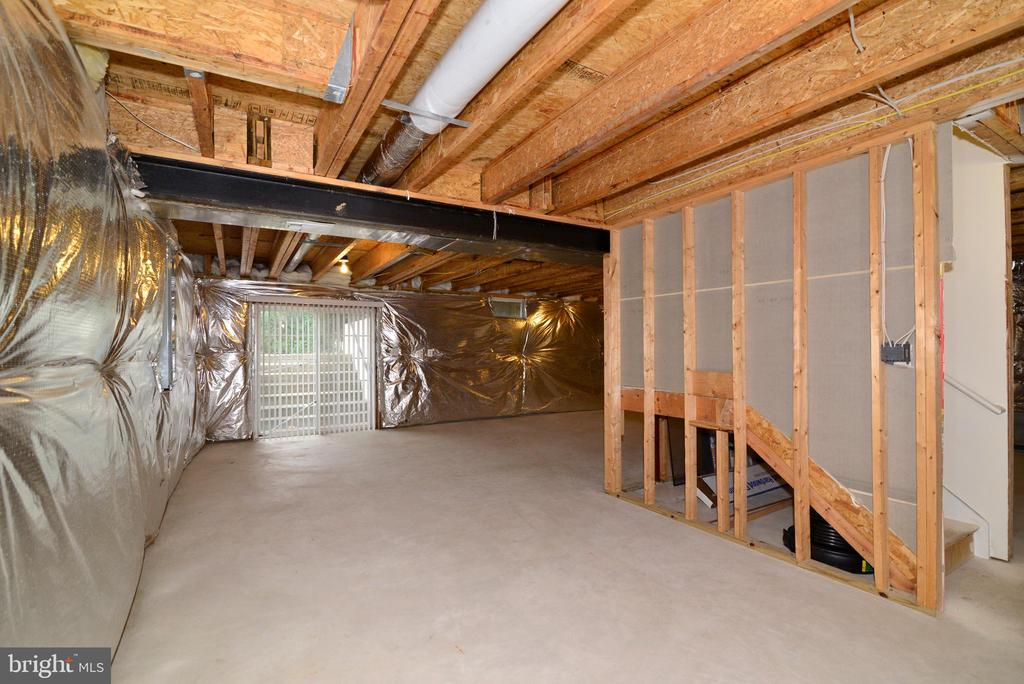 Basement walks up to backyard - 709 TONQUIN PL NE, LEESBURG