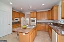 Granite countertops, large island with gas cooking - 709 TONQUIN PL NE, LEESBURG