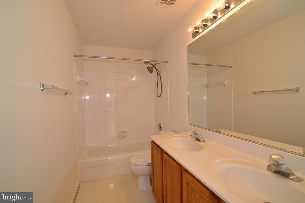 Hallway bath has double sinks and linen closet - 709 TONQUIN PL NE, LEESBURG