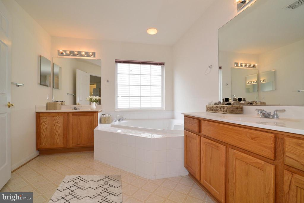 Roomy master bath has dual vanities, large tub - 709 TONQUIN PL NE, LEESBURG