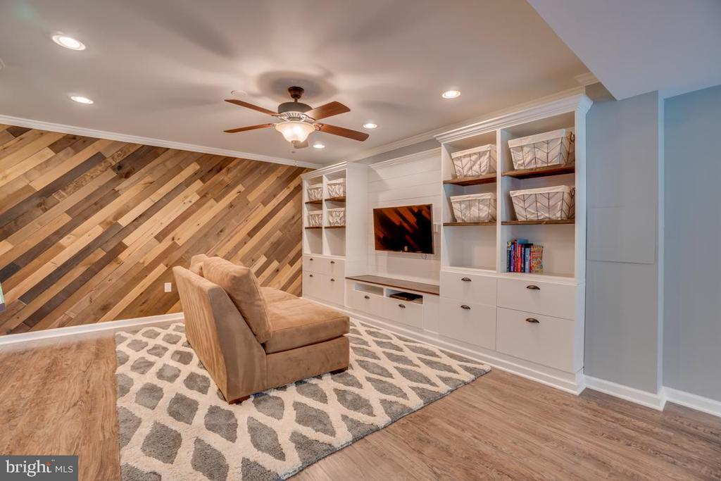 On trend wood wall. - 33 GRISTMILL DR, STAFFORD