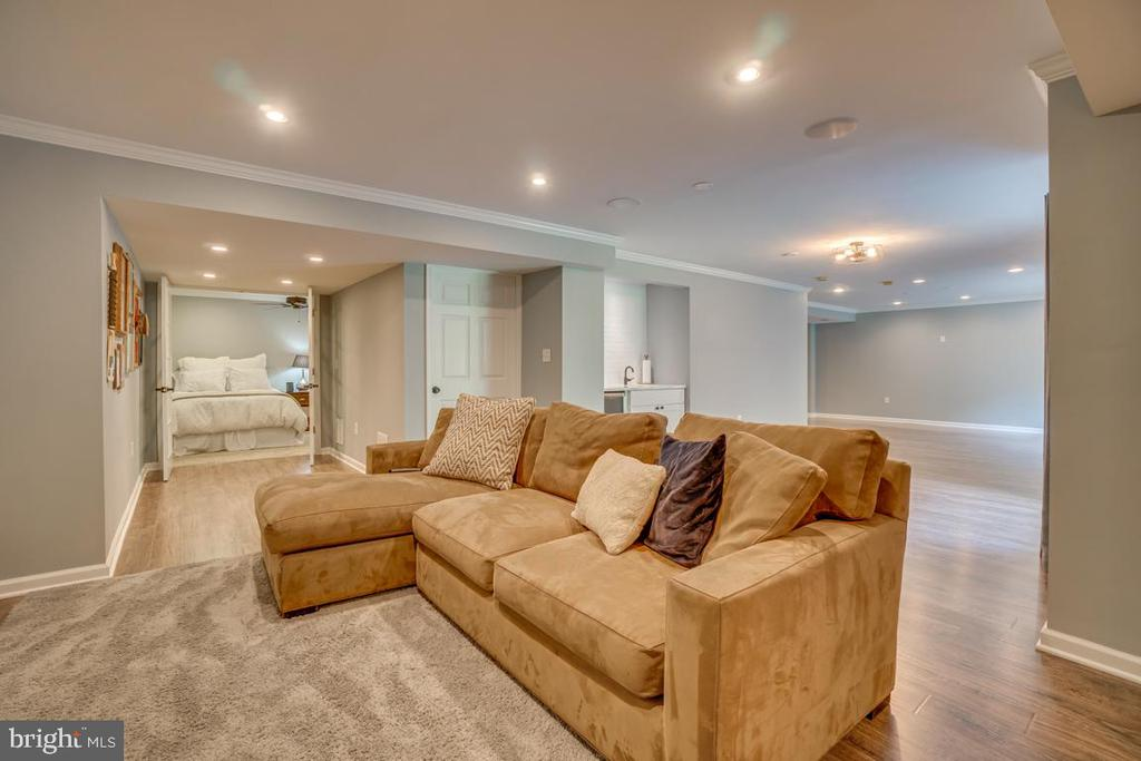 Enough space for multiple entertaining areas. - 33 GRISTMILL DR, STAFFORD