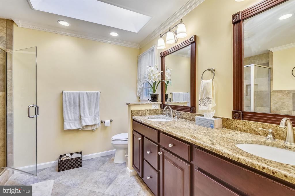 Updated Master Bath w/Granite Dbl Vanity - 6488 CRAYFORD ST, BURKE