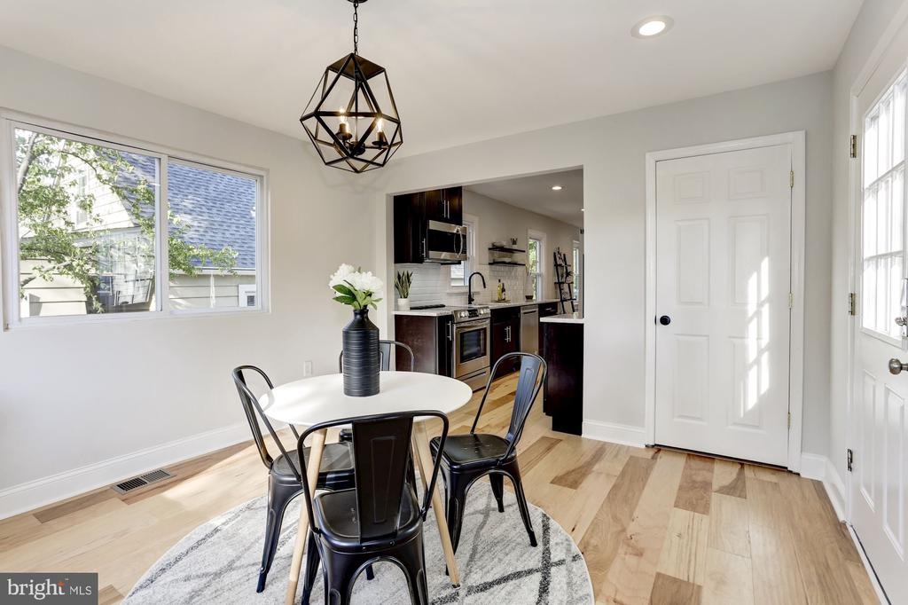 Dining with chandelier and view to yard - 112 S BARTON ST, ARLINGTON