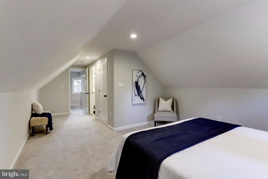 Upper level master suite - 112 S BARTON ST, ARLINGTON