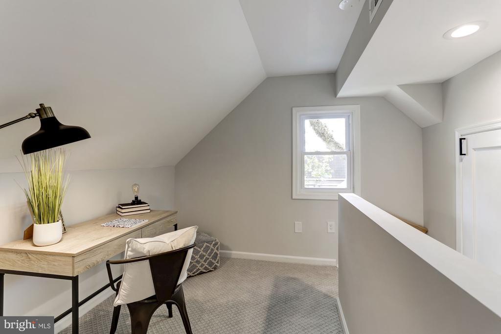 Upper level nook outside of master suite - 112 S BARTON ST, ARLINGTON