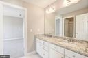 Full Bath between bedroom 3 & 4 - 14300 DOWDEN DOWNS DR, HAYMARKET
